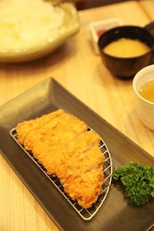 Cuisine japonaise tonkatsu avec du riz