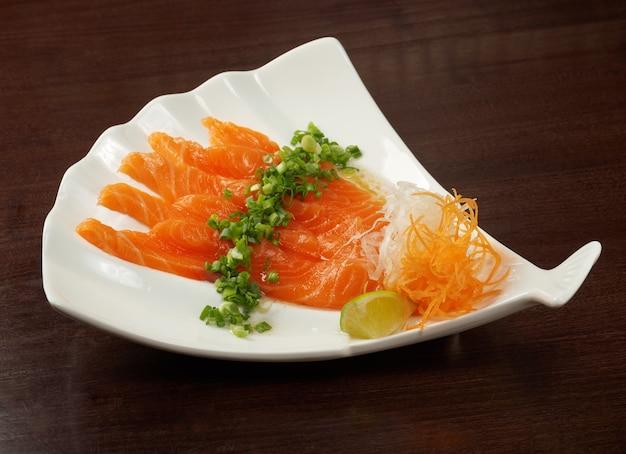 Cuisine japonaise traditionnelle de saumon seshimi