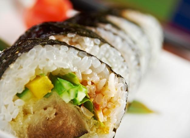 Cuisine japonaise traditionnelle de sushi japonais. plus grand sushi avec des légumes