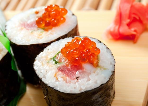 Cuisine japonaise traditionnelle de sushi japonais