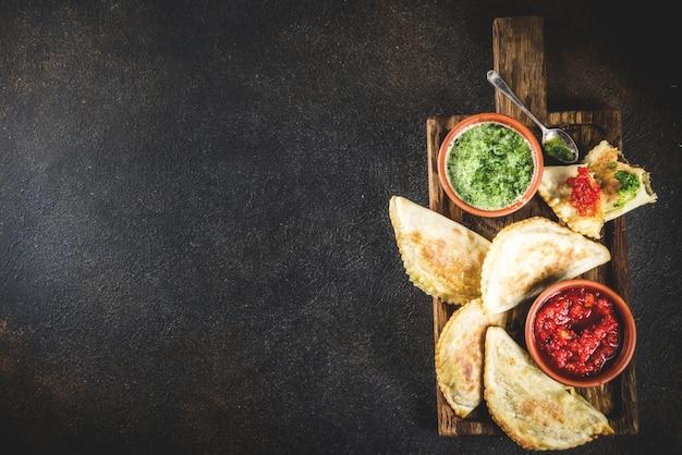 Cuisine latino-américaine, mexicaine, chilienne. empanadas pâtissières traditionnelles avec viande de boeuf, deux sauces épicées