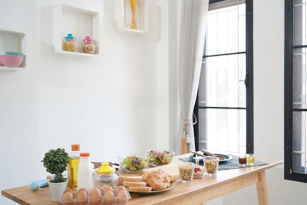 Cuisine, légumes culinaires et concept alimentaire sur une table en bois à la maison