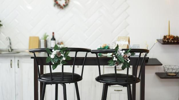 Cuisine lumineuse intérieure avec décor de noël et chaise de bar