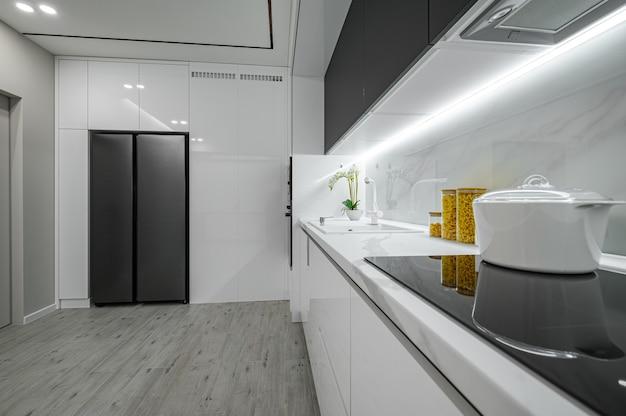 Cuisine de luxe en marbre moderne blanc et noir