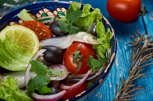 Cuisine maghrébine. salade algérienne aux anchois en gros plan