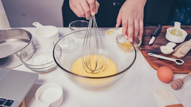 Cuisine maison par apprentissage en ligne pour le processus de cuisine dessert sucré fait maison. restez à la maison et concept de connexion sociale. nouvelle normalité et vie après covid-19.