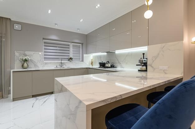 Cuisine en marbre blanc moderne de luxe dans l'espace studio