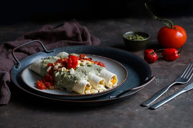 Cuisine mexicaine, plat traditionnel papadzules de la péninsule du yucatan, tortillas de maïs trempées dans une sauce