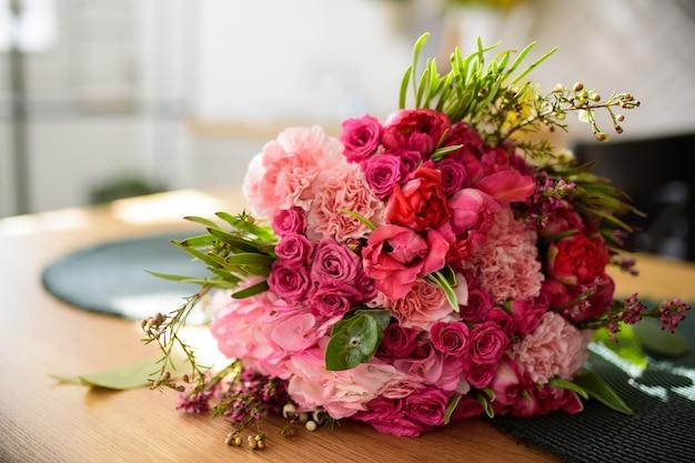 Cuisine moderne en forme de u blanc dans un style scandinave. étagères ouvertes dans la cuisine avec plantes et pots. décoration de printemps fleurs de printemps
