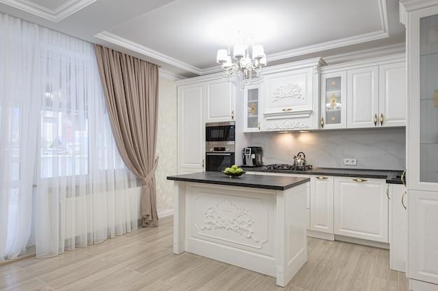 Cuisine moderne de luxe blanche avec îlot