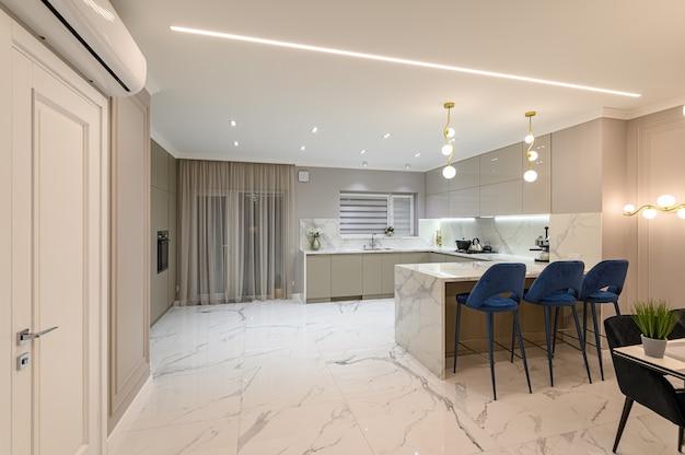 Cuisine moderne en marbre blanc de luxe dans l'espace studio