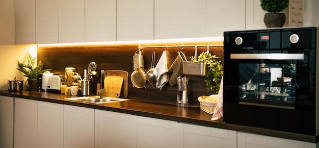 Cuisine Moderne Et Technologique Dans Une Nouvelle Maison De Luxe Avec îlot En Bois Photo Premium