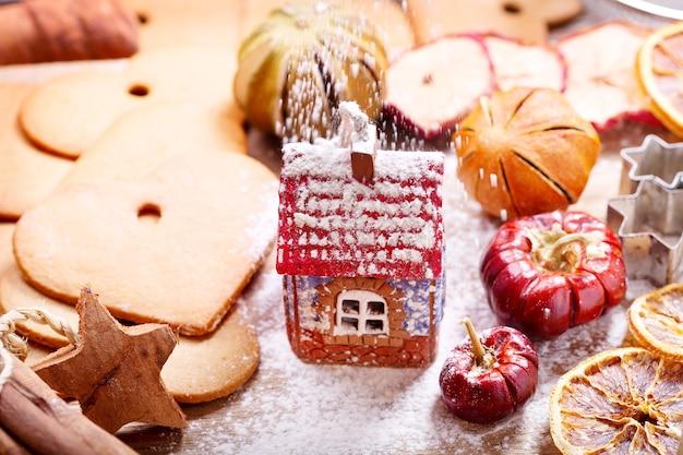 Cuisine de noël : maison en pain d'épice, biscuits et fruits secs