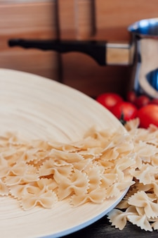 Cuisine de pâtes italiennes ou cuisine de tomates cerises déjeuner