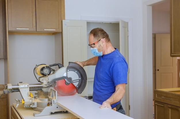 La cuisine remodèle de beaux meubles de cuisine les équipements de protection individuelle pour les soins de santé covid-19,