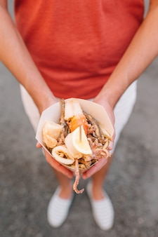 Cuisine de rue italienne poissons de crevettes, calamars et légumes grillés