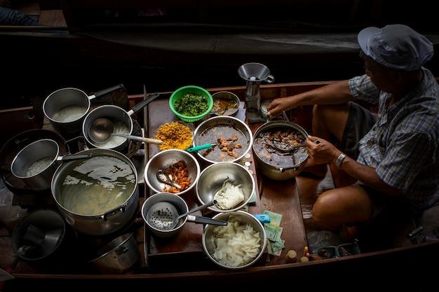 Cuisine de rue thaïlandaise au marché flottant