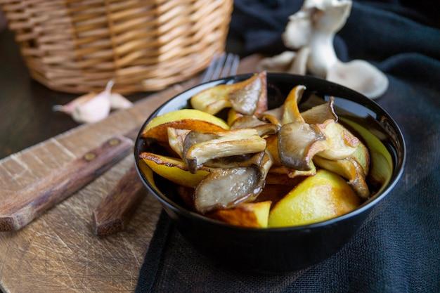 Cuisine rustique faite maison: pommes de terre aux champignons agrandi. vue de dessus verticale