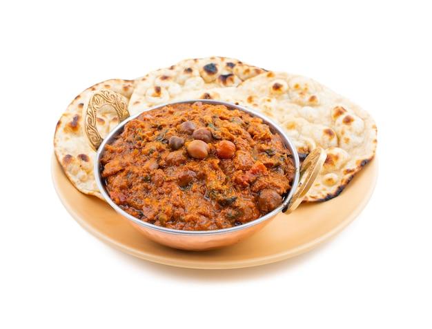 Cuisine saine indienne chana masala sur fond blanc