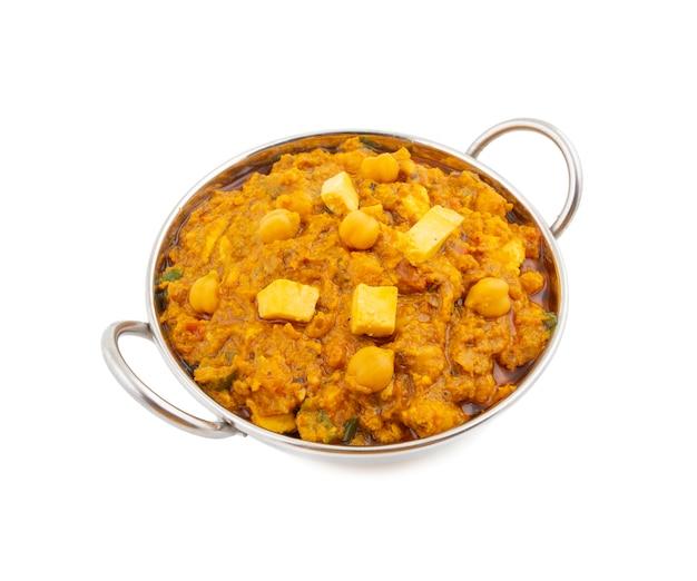 Cuisine saine nord-indienne, chole paneer, sur fond blanc