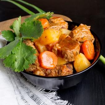 Cuisine de la soupe de goulache hongroise. macro. la vue d'en haut