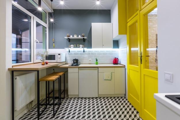 Cuisine de style loft moderne avec portes intérieures jaunes