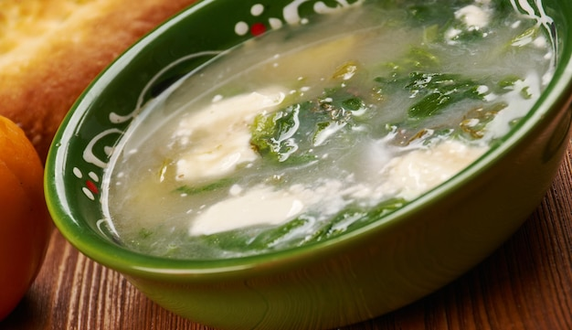 Cuisine tadjike, oshi siyolaf, soupe de légumes verts épicés et aigres, plats traditionnels tadjiks assortis, vue de dessus.