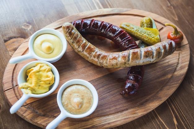 Cuisine tchèque. saucisses, concombre, poivron et raifort avec un restaurant