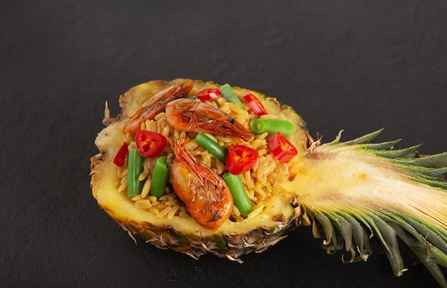 Cuisine thaïlandaise d'ananas farci sur fond noir