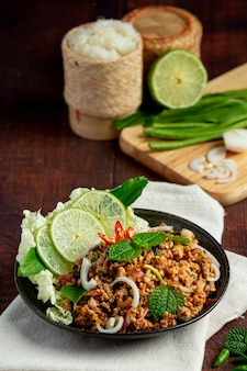 Cuisine thaïlandaise avec du porc haché épicé servi avec des plats d'accompagnement