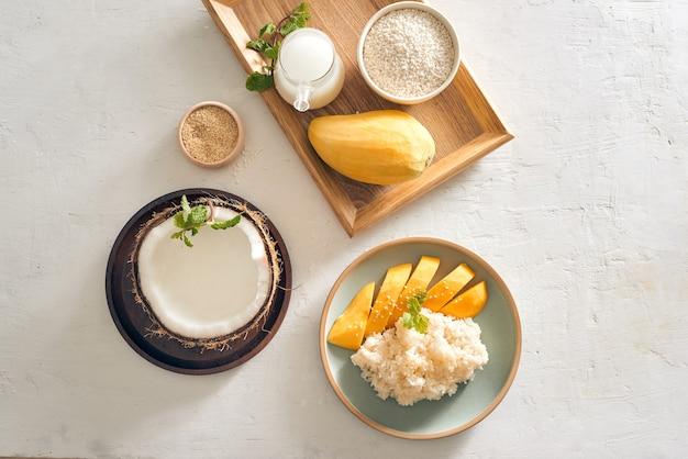 Cuisine thaïlandaise, mangue avec riz gluant avec tous les ingrédients