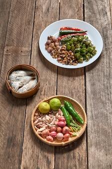 La cuisine thaïlandaise nam prik ou la pâte de chili se mélange au poisson sert avec divers légumes