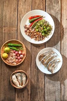 La cuisine thaïlandaise nam prik ou la pâte de chili se mélange au poisson thaïlandais