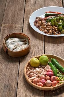 La cuisine thaïlandaise nam prik ou pâte de chili se mélange au poisson