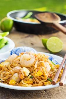 Cuisine thaïlandaise padthai chaude dans une casserole