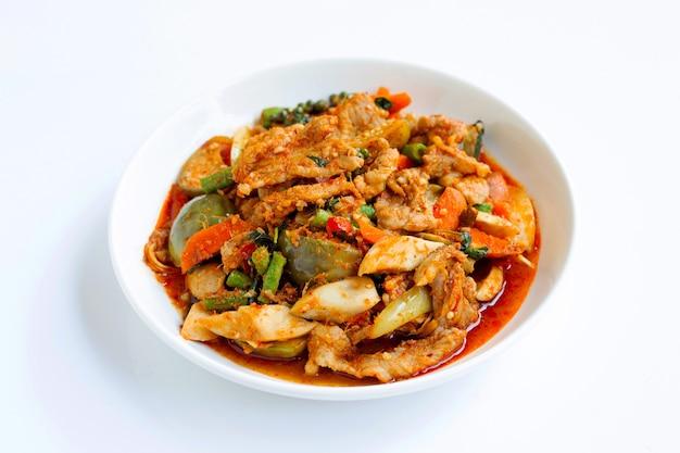 Cuisine thaïlandaise, porc sauté chaud et épicé aux herbes