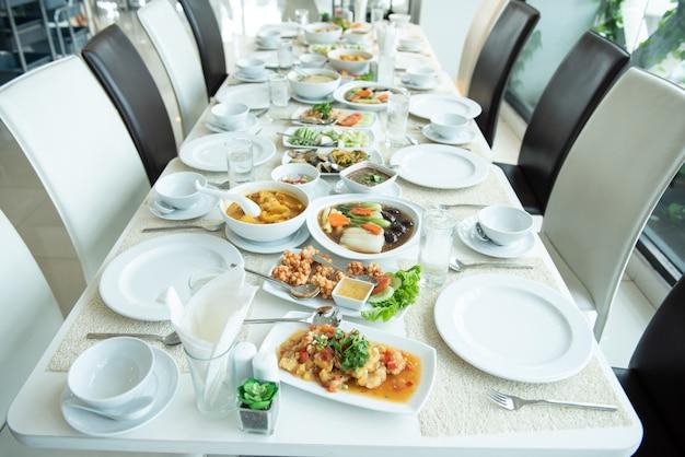 Cuisine thaïlandaise prête à manger mettez sur la table