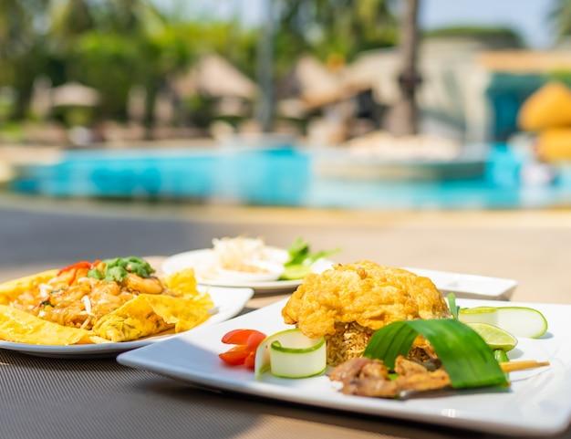 Cuisine thaïlandaise à proximité de la piscine pour manger tout en se relaxant à la piscine