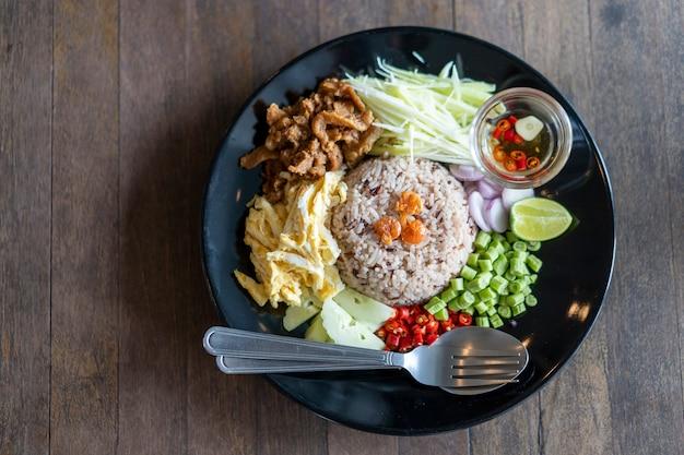 Cuisine thaïlandaise, riz assaisonné de pâte de crevettes, khaao khlook gabpi