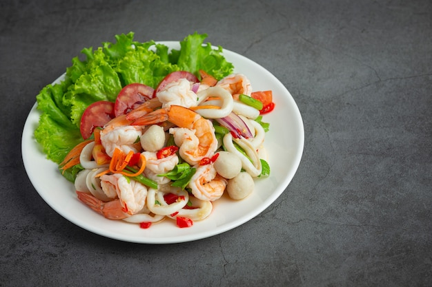 Cuisine thaïlandaise; salade de fruits de mer épicée