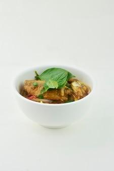 Cuisine thaïlandaise salade de poisson en conserve espace blanc