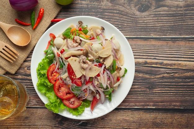 Cuisine thaïlandaise; salade de saucisses de porc épicées mixtes avec nouilles vermicelles
