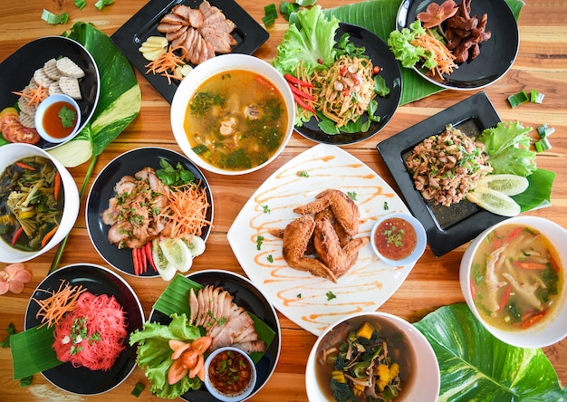 Cuisine thaïlandaise servie sur une table à manger. cuisine traditionnelle du nord-est isaan, délicieuse sur une assiette de légumes frais
