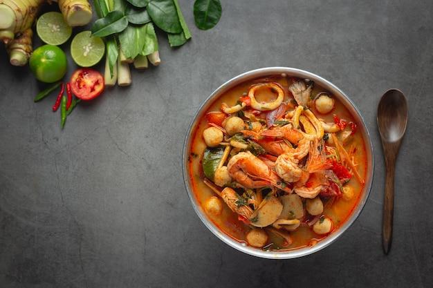 Cuisine thaïlandaise; soupe épicée aux fruits de mer ou aux fruits de mer tom yum