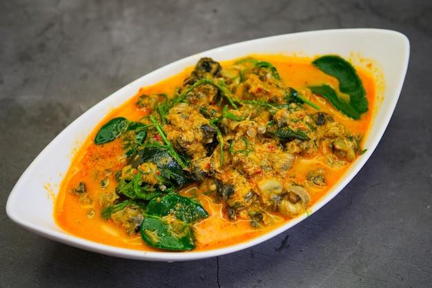 Cuisine thaïlandaise traditionnelle, curry thaï avec escargot de rivière