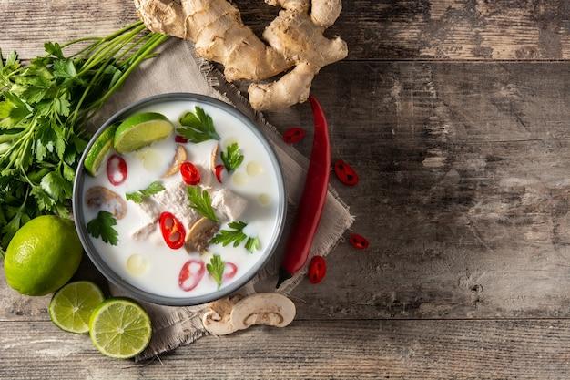 Cuisine thaïlandaise traditionnelle tom kha gai dans un bol