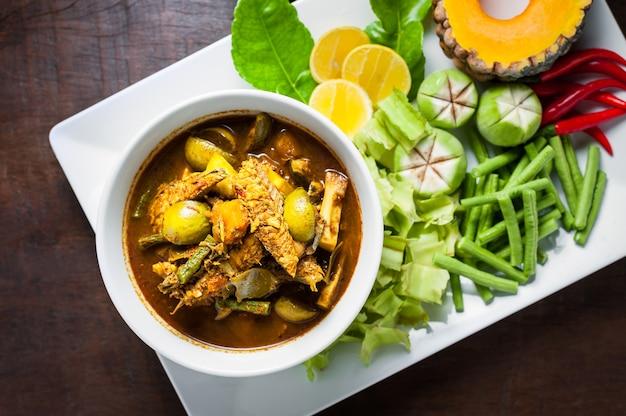 La cuisine thaïlandaise: les viscères du poisson maquereau piquent du curry épicé chaud ou des soupes aigre d'organes de poisson.