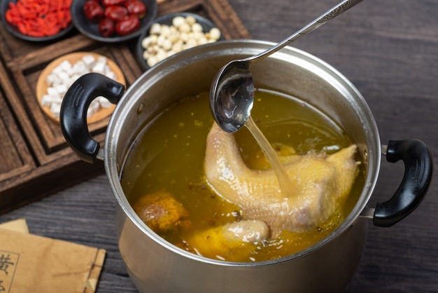 Cuisine traditionnelle chinoise, délicieuse soupe de poulet mijoté