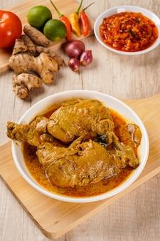 Cuisine traditionnelle indonésienne ayam gulai padang ayam gulai est un plat populaire de poulet au curry de padang west sumatra