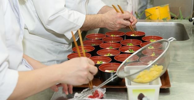 Cuisine traditionnelle japonaise dans un restaurant